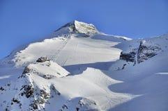 Skida körningar på lutningar av den Hintertux glaciären royaltyfri bild