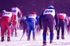Skida konkurrenser för folk i början av skidalutningen på skidasemesterorten royaltyfri bild