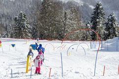 Skida kurser för barn på skidar semesterorten Krasnaya Polyana Ryssland royaltyfri bild