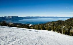 Skida lutningar på alpin semesterort på Lake Tahoe Royaltyfri Bild