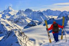 Skida med att förbluffa sikt av schweiziska berömda berg i härligt fort för vintersnöMt Skituringen, backcountry skidåkning i nyt royaltyfri fotografi