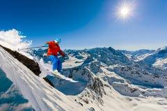 Skida med fantastisk sikt av schweiziska berömda berg i härligt royaltyfri fotografi