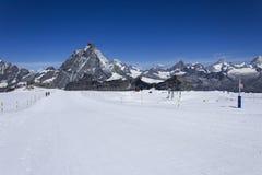 Skida mitt emot Matterhorn Royaltyfri Fotografi