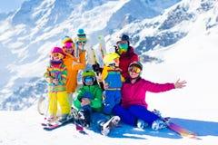 Skida och snöa gyckel Familj i vinterberg royaltyfria foton