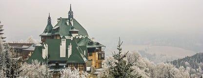 Skida semesterort Semmering, Österrike Härlig traditionell chalet i österrikiska fjällängar i vinter Panoramautsikt av idyllisk v arkivfoto