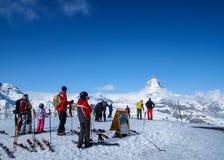 Skida spela på Matterhorn, Zermatt, Schweiz 1 royaltyfri fotografi