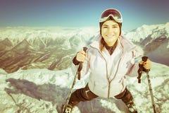 skida Sportkvinna i snöig berg Arkivbild