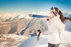 skida Sportkvinna i snöig berg Fotografering för Bildbyråer