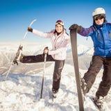 skida Sportkvinna och man i snöig berg Arkivbild