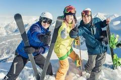 skida Sportkvinna och man i snöig berg Arkivbilder