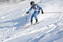 Skidar bergsbestigareritter som skidar på bergssidan Royaltyfri Fotografi