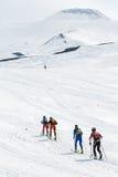 Skidar bergsbestigning: gruppen skidar bergsbestigaren som löneförhöjningen till vulkan skidar på Arkivfoton