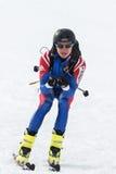 Skidar bergsbestigning: skidar bergsbestigareritter som skidar från berget Arkivfoto