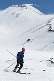 Skidar bergsbestigning: skidar bergsbestigareritter som skidar från vulkan Arkivfoton