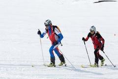 Skidar bergsbestigning: två skidar bergsbestigaren som löneförhöjningen till berget skidar på Royaltyfri Fotografi