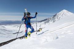 Skidar bergsbestigningmästerskap: skidar bergsbestigaren som klättring till berget med skidar fastspänt för att vandra Royaltyfri Fotografi