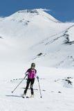 Skidar bergsbestigningmästerskapet: flickan skidar bergsbestigareritter som skidar från vulkan Royaltyfria Bilder