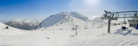 Skidar bergsemesterorten i de Kaukasus bergen, Dombai, Ryssland Arkivbild