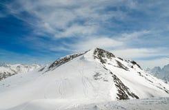 Skidar bergsemesterorten i de Kaukasus bergen, Dombai, Ryssland Royaltyfria Bilder