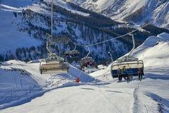 Skidar chairliften på Ischgl/Samnaun skidar bergsemesterorten, Österrike på vintertid Arkivbild