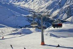 Skidar chairliften på Ischgl/Samnaun skidar bergsemesterorten, Österrike på vintertid Royaltyfri Bild