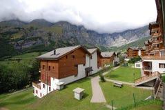 Skidar chalet Leukerbad Schweiz Royaltyfri Bild