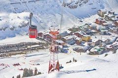 Skidar gondolkabelbilen i Lech - Zurs skidar semesterorten i Österrike Royaltyfri Bild