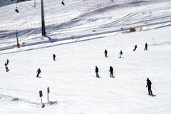 Skidar gyckel i vinter på pisten i Österrike Arkivbilder