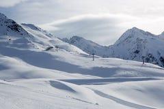 Skidar inkörda österrikiska fjällängar Fotografering för Bildbyråer