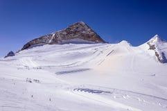 Skidar körningar på lutningar av den Hintertux glaciären royaltyfri bild