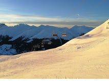 Skidar kabiner går hemmet tillbaka efter en lång dag i Davos, Schweiz arkivbild