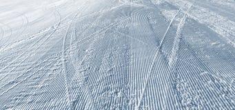Skidar kurvor på en skidalutning royaltyfria bilder