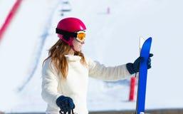 Skidar kvinnan i vintersnö med utrustning Arkivbild