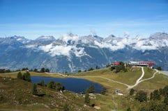 Skidar lättheten och sjön med berget i bakgrund Fotografering för Bildbyråer