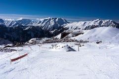 Skidar lutningar i Alpe d'Huez Fotografering för Bildbyråer
