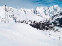 Skidar lutningar i bergen av den Chamonix vintersemesterorten, franska fjällängar Arkivfoto