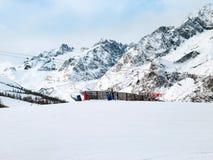 Skidar lutningar i bergen av den Chamonix vintersemesterorten, franska fjällängar Royaltyfri Fotografi