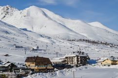 Skidar lutningar i skidasemesterorten av Passo del Tonale i Italien Arkivbild