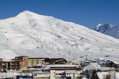 Skidar lutningar i skidasemesterorten av Passo del Tonale i Italien Royaltyfria Foton