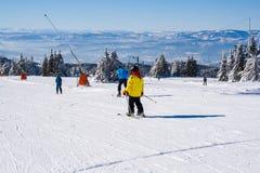 Skidar lutningen, folket som skidar ner kullen, bergsikt Fotografering för Bildbyråer