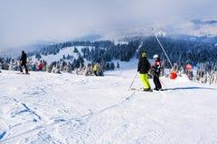 Skidar lutningen, folket som skidar ner kullen, bergsikt Royaltyfria Foton