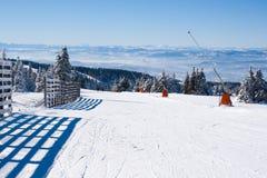 Skidar lutningen, folket som skidar ner kullen, bergsikt Royaltyfri Fotografi
