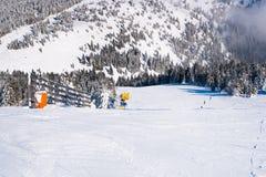 Skidar lutningen, folket som skidar ner kullen, bergsikt Arkivfoto