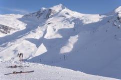 Skidar och den Hintertux glaciären royaltyfri fotografi