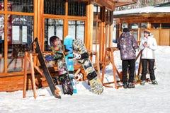 Skidar, och snowboards står på kuggarna Royaltyfri Fotografi