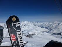 Skidar på överkanten av ett berg Royaltyfri Foto