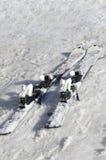 Skidar på snö Arkivfoto
