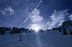 Skidar pistelutningen med att förbluffa moln i bakgrund Fotografering för Bildbyråer