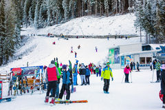 Skidar semesterorten Bansko, Bulgarien, folket, berg Royaltyfri Foto