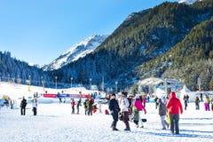 Skidar semesterorten Bansko, Bulgarien, folket, bergsikt Arkivfoto
